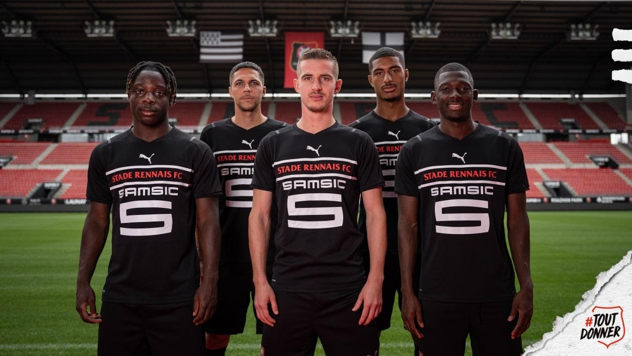 Puma сделала третьи формы по новому шаблону: без эмблемы, зато с большим названием клуба по центру. «Дортмунд» от такого отказался