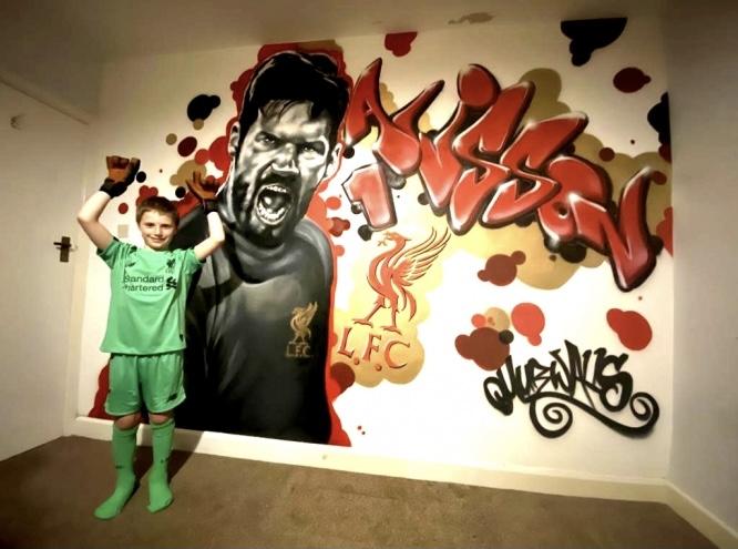 Он скрывался от полицейских, а теперь рисует футбол на стенах Англии