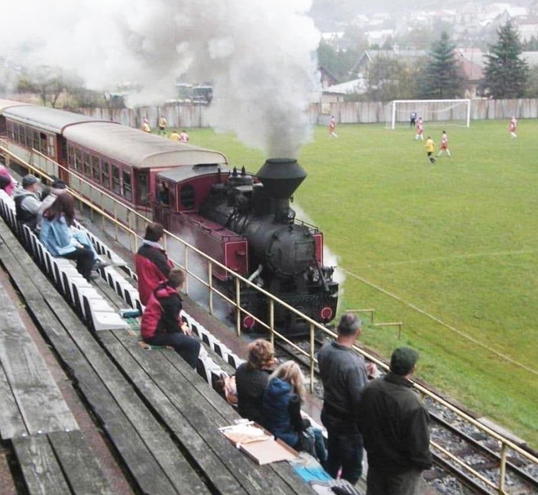 История одного фото. В Словакии поезд проезжает между футбольным полем и трибунами. И даже во время матчей!