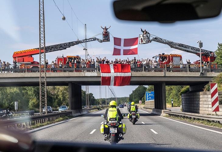 Посмотрите, как датчане провожали сборную в Лондон. Тренер Юлманд приветствовал фанатов с балкона, они махали команде с моста