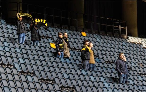 Шведские фанаты захватили торговый центр. Это протест против правила, по которому на стадион запускают только 8 болельщиков