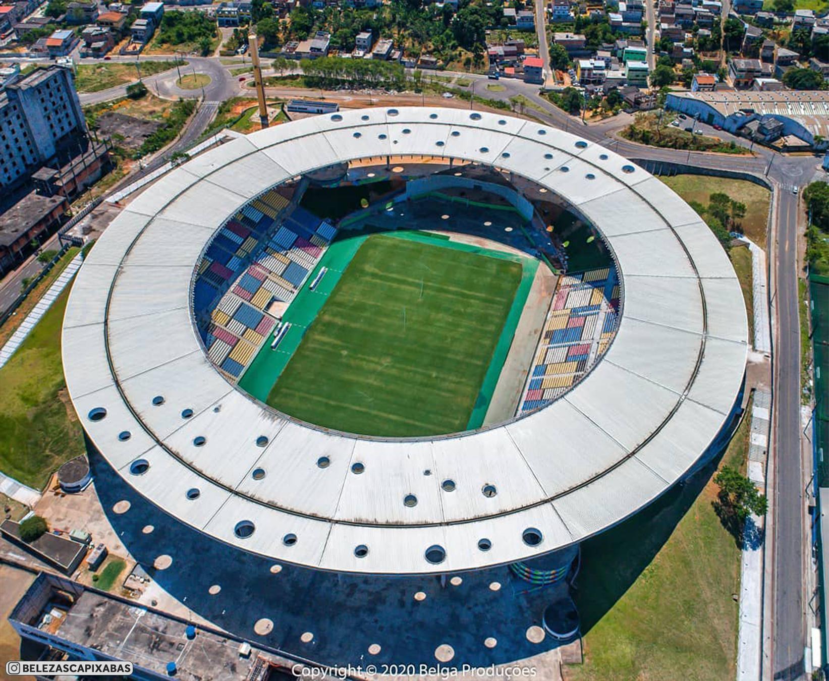 Стадион «Клебер Жозе де Андраде» имеет крайне необычный дизайн. Разноцветные трибуны и отверстия в крыше (фото с дронов)