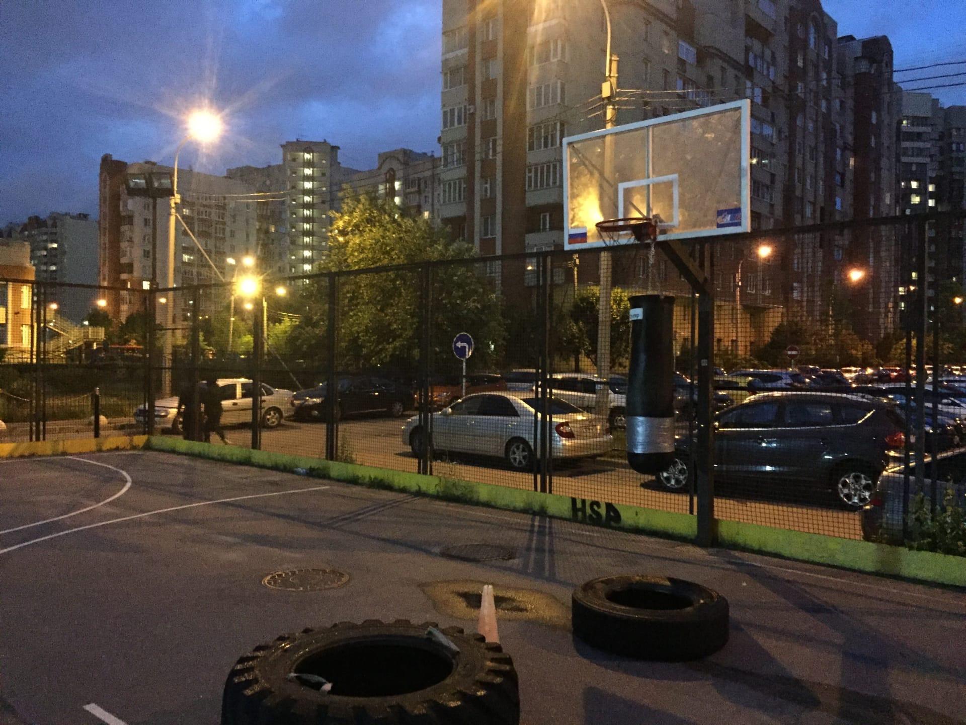 Фитнесс-клуб сносит баскетбольную площадку. Ради парковки