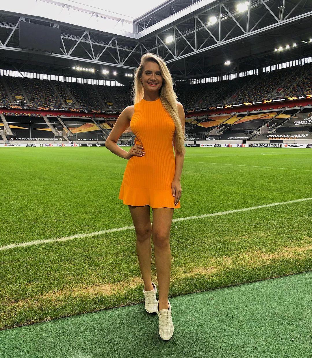 Ольга Каленчук – ведущая клубного канала «Шахтера». Ей восхищаются итальянские болельщики и сравнивают ее с Дилеттой Леоттой