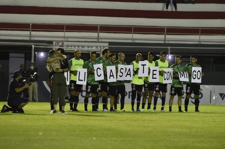 Тренер парагвайского «Ривера» сделал предложение, использовав для этого игроков перед матчем. Команда проиграла 1:5