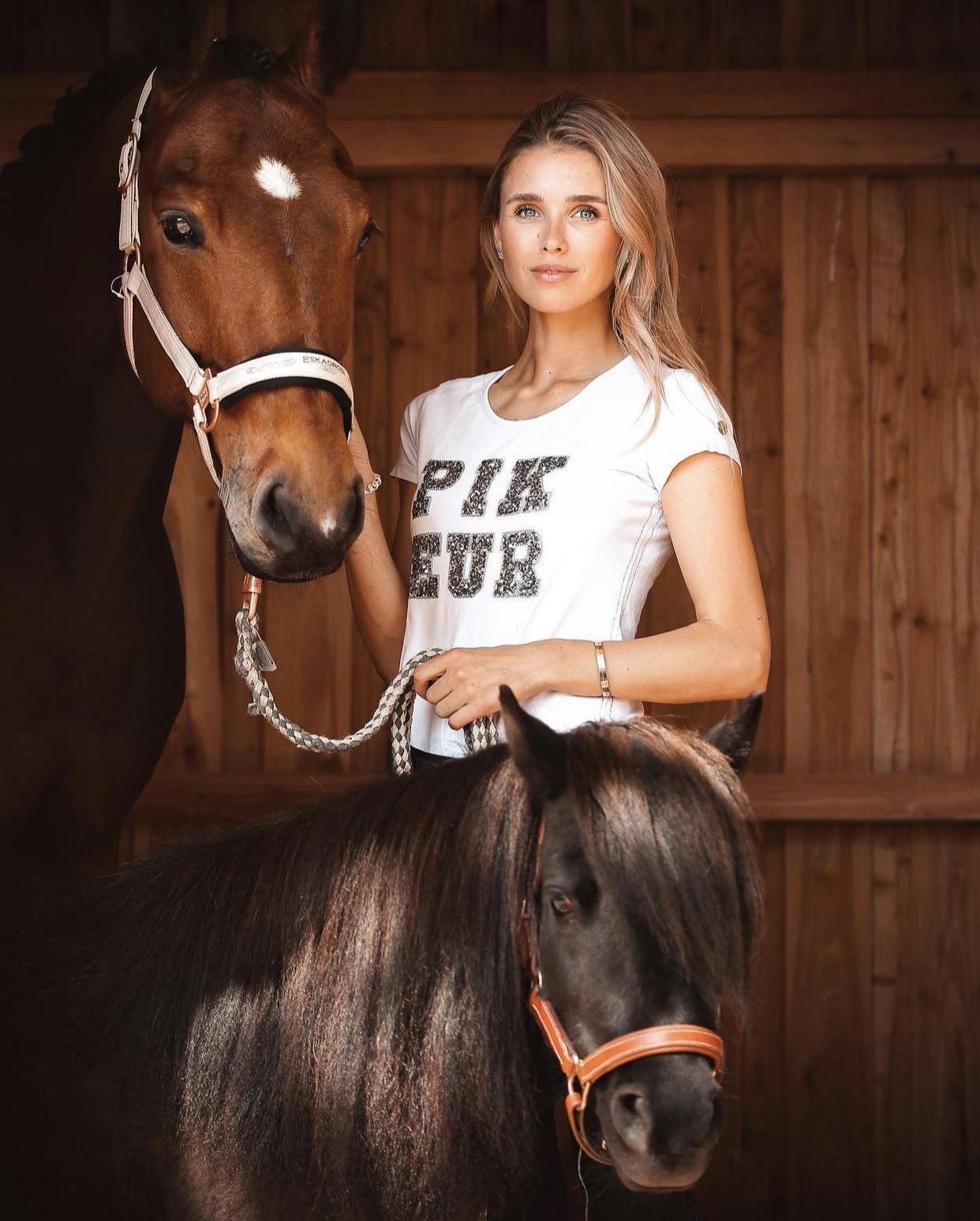 Скарлетт Гартманн — безумная фанатка лошадей и супруга капитана дортмундской «Боруссии» Марко Ройса