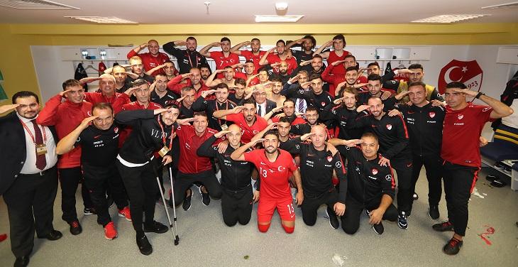УЕФА расследует инцидент своинским приветствием турецких футболистов