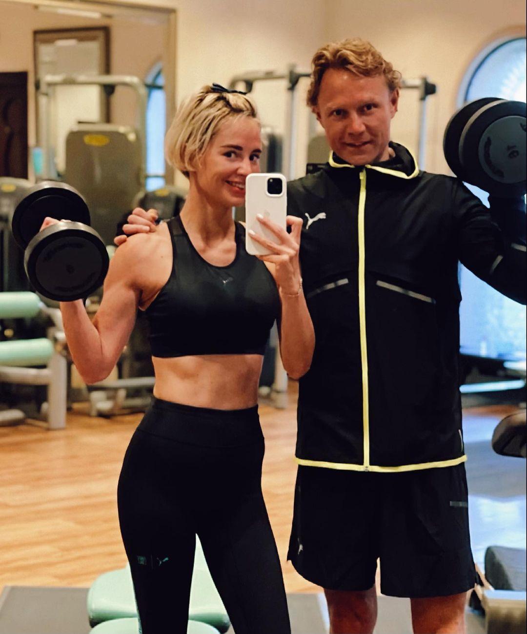 Отпуск Валерия Карпина и его жены: носят одни очки, ходят в спортзал и постоянно спорят 🤪