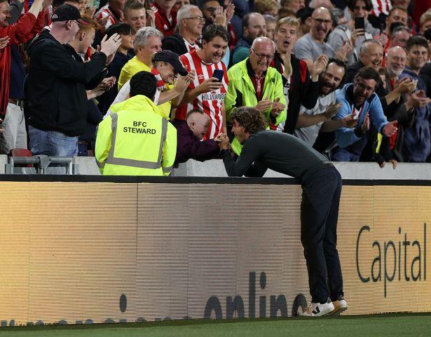 Тренер «Брентфорда» отпраздновал победу над «Арсеналом» с главным фанатом «Брентфорда» – мальчиком с синдромом Дауна