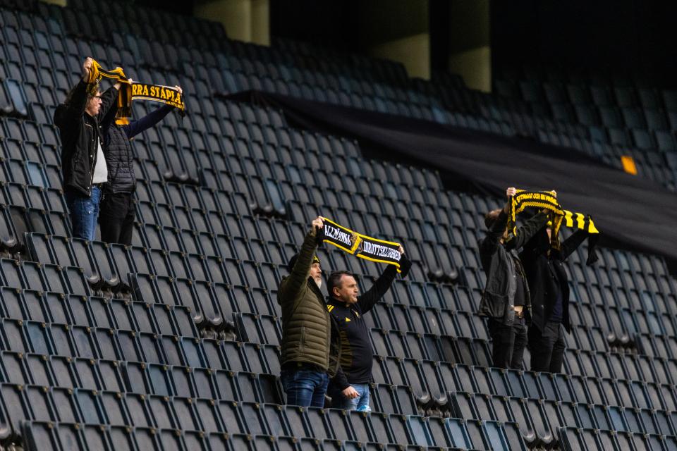 Швеция открыла стадионы для болельщиков – но пока матчи могут посещать только восемь (!) человек. Хотя в другие общественные места ходят по 5 тысяч