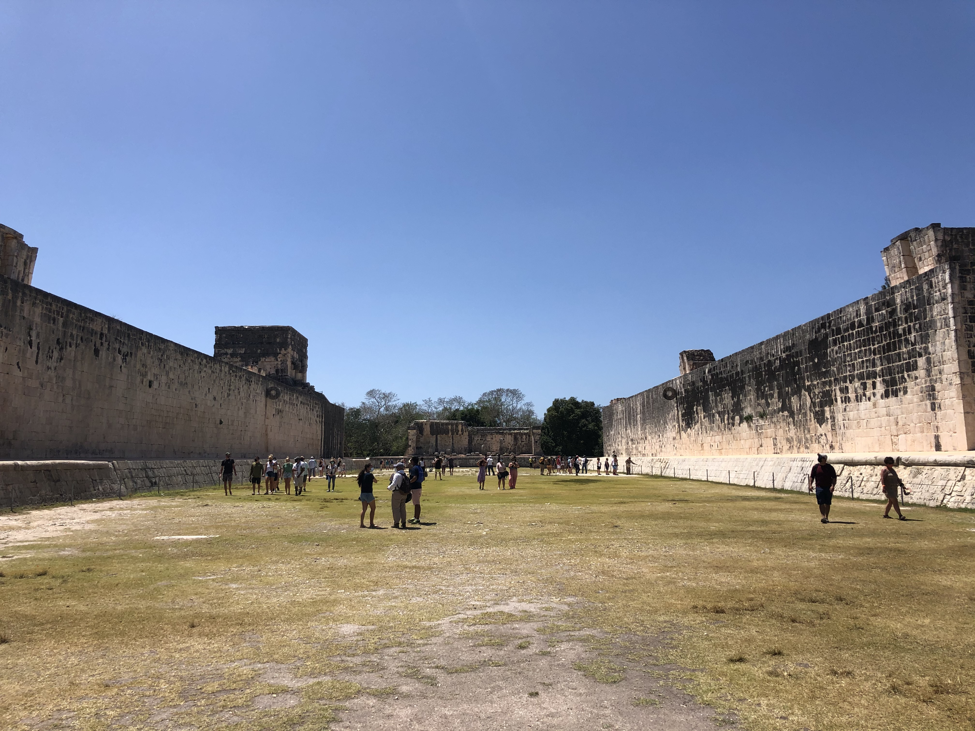 Майя играли в прообраз футбола. Игра была запрещена испанцами, а сейчас ее восстановили и даже проводят чемпионат мира