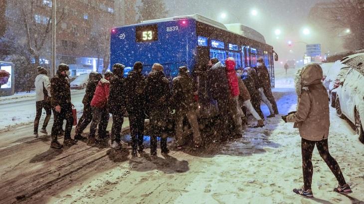 Испанию накрыл снежный шторм: «Реал» еле вылетел, самолет «Атлетика» развернули, а игроки «Райо» спасали машины на трассе (и сами не доехали)