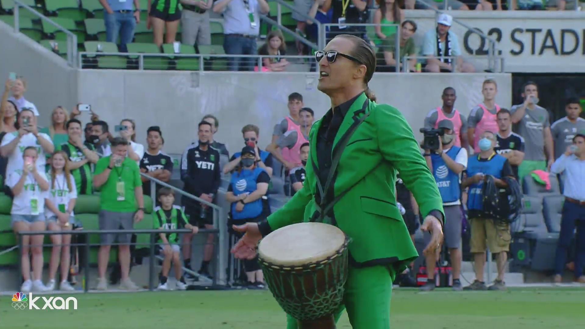 Стук в барабан и зеленый наряд – посмотрите, как Мэттью Макконахи  заводил фанатов «Остина» перед первым домашним матчем сезона