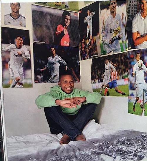 «Кумир 👑🐐». Мбаппе встретился с Роналду, чьими плакатами в детстве обклеил всю спальню