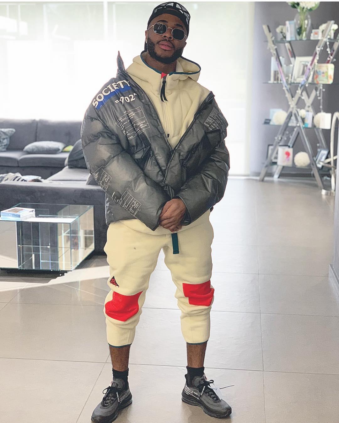Один из самых богатых футболистов Англии рекламирует бюджетную одежду. А сына одевает в дорогую