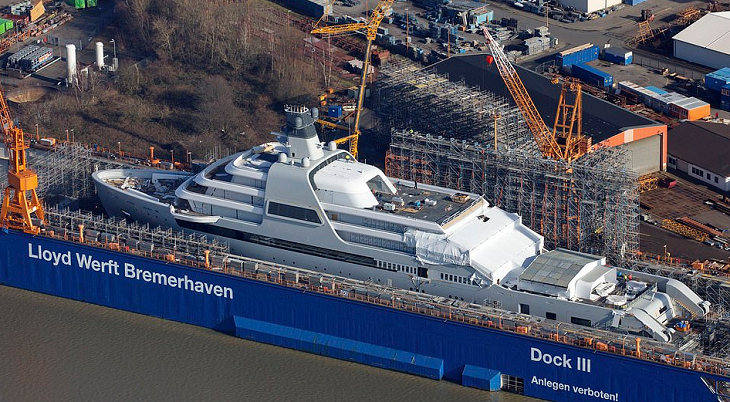 Абрамовичу строят новую 145-метровую яхту стоимостью до 430 млн фунтов. На ней 8 палуб, вертолетная площадка и 48 кают