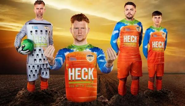 Пюре с сосисками и огромные морковки на форме. Клуб из 11-ого дивизиона Англии не перестаёт удивлять