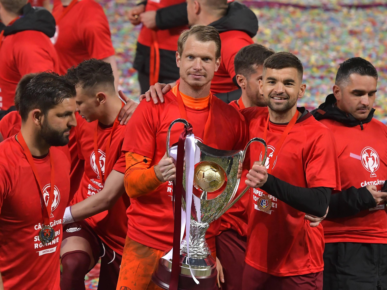 Румынский ЧФР эпично презентовал новый трофей: игроки выехали с ним на багажной ленте