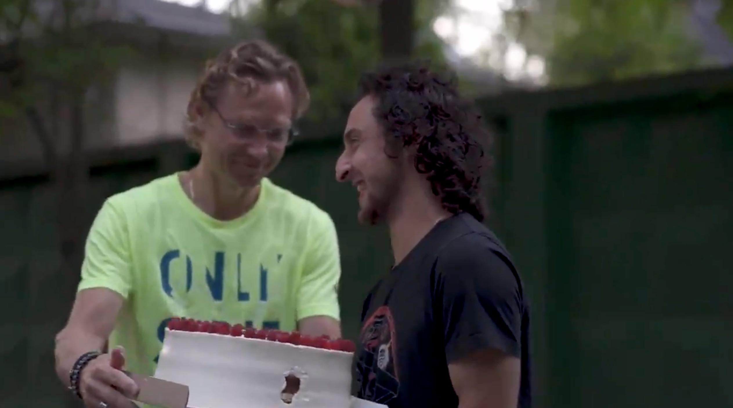Игроки «Ростова» поблагодарили Карпина за работу: собрались возле его дома, жгли файеры и подарили торт