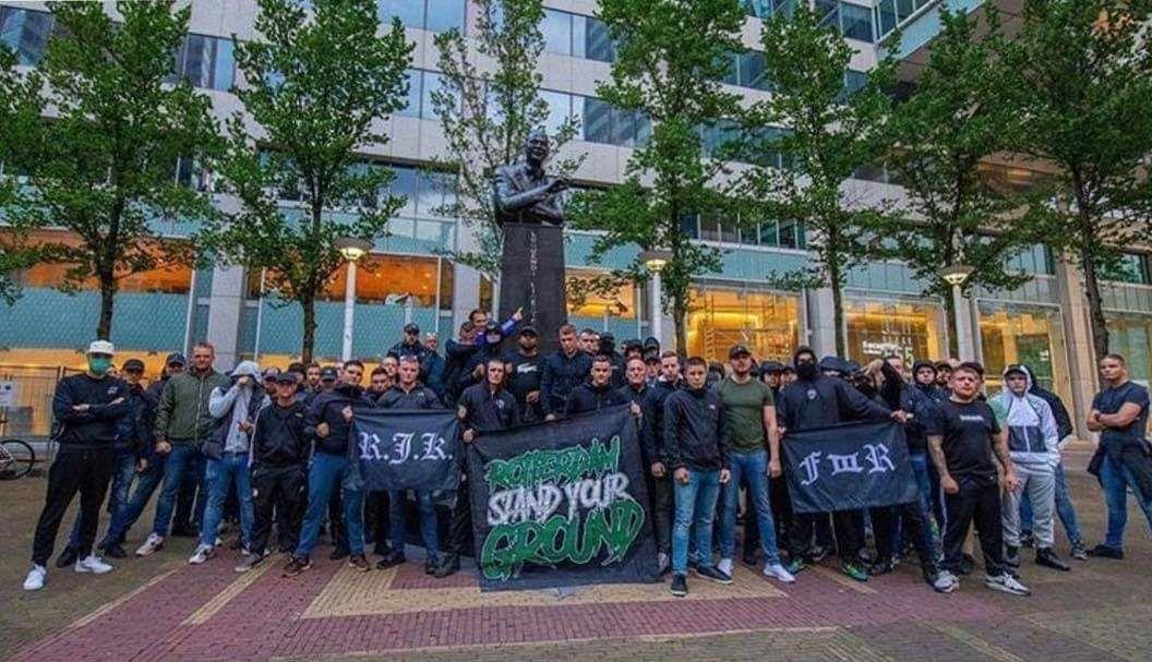 Фанаты Фейноорда защищают памятник