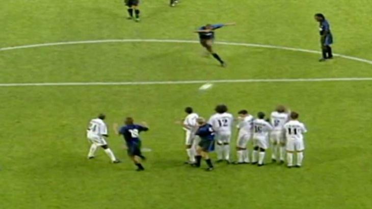 Мощный штрафной Адриано в ворота «Реала», который чуть не отобрал Матерацци. За 19-летнего бразильца тогда заступился Зеедорф