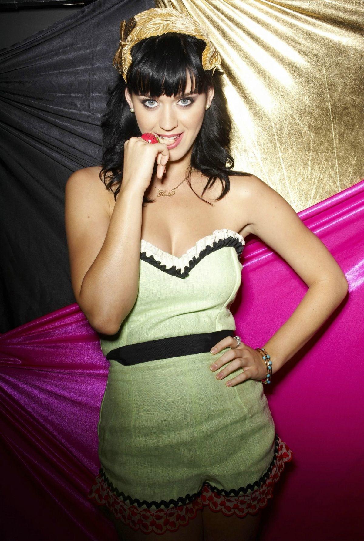 Кэти Перри за «Вест Хэм»! В 2009-м певица появилась на церемонии MTV в откровенном наряде с символикой «молотобойцев»