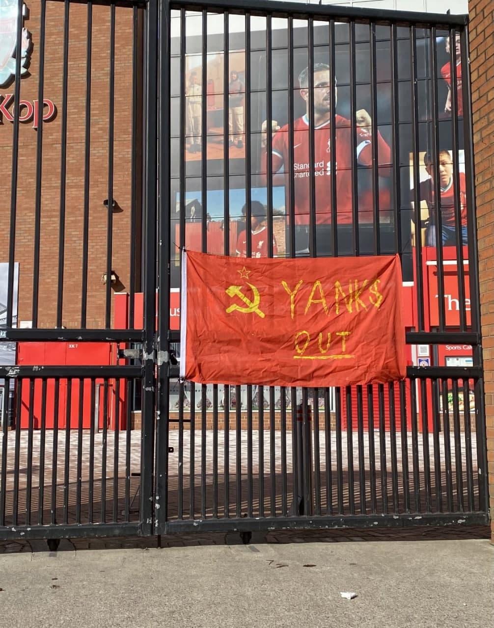 Болельщики вывесили советский флаг с надписью «Yanks out» на «Энфилде»