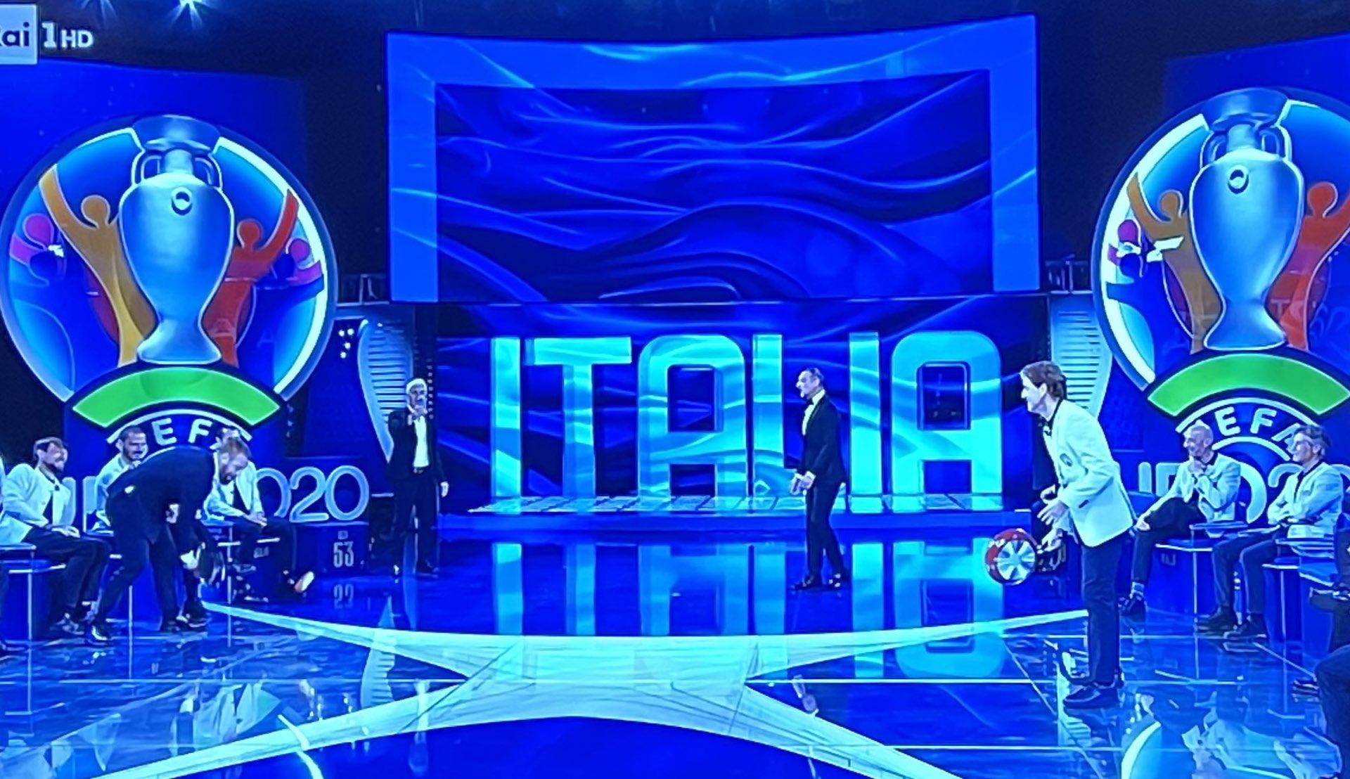 Итальянцы превратили объявление заявки на Евро в шоу: читали рэп, играли в теннис сковородками и танцевали