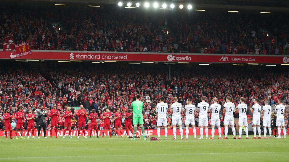 Домашний матч «Ливерпуля» начался с минуты молчания – умерла 97-я жертва «Хиллсборо». Эндрю Дивайн жил 32 года с тяжелыми травмами мозга после давки и посещал домашние игры любимой команды