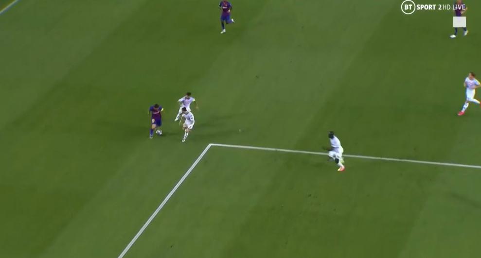 Второй гол «Барсы» – чистая магия Месси: лежа (!) выцарапал мяч в борьбе с 3 защитниками и попал в дальний