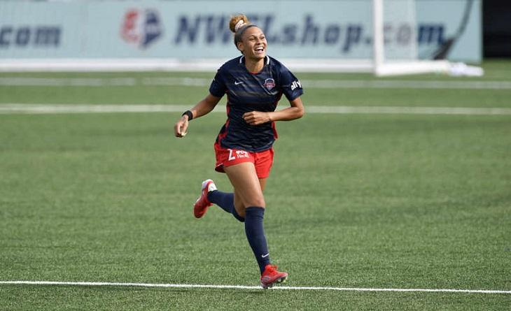 Дочь Денниса Родмана делает все сама: рванула с центра поля, отобрала мяч, обошла вратаря, выждала паузу – и забила