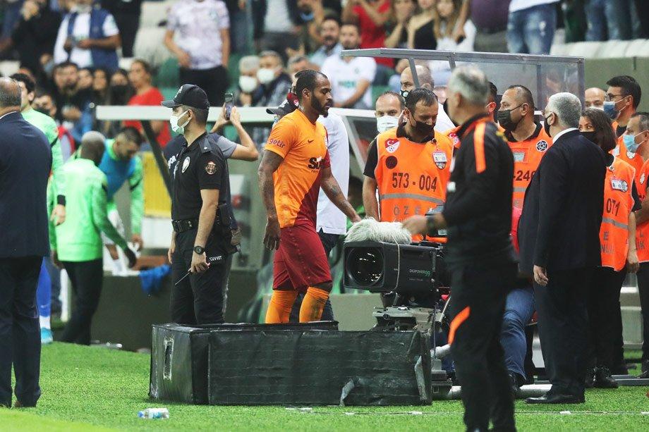 Боднул, два раза ударил и удалился – так бразильский защитник «Галатасарая» наказал молодого одноклубника за дерзость