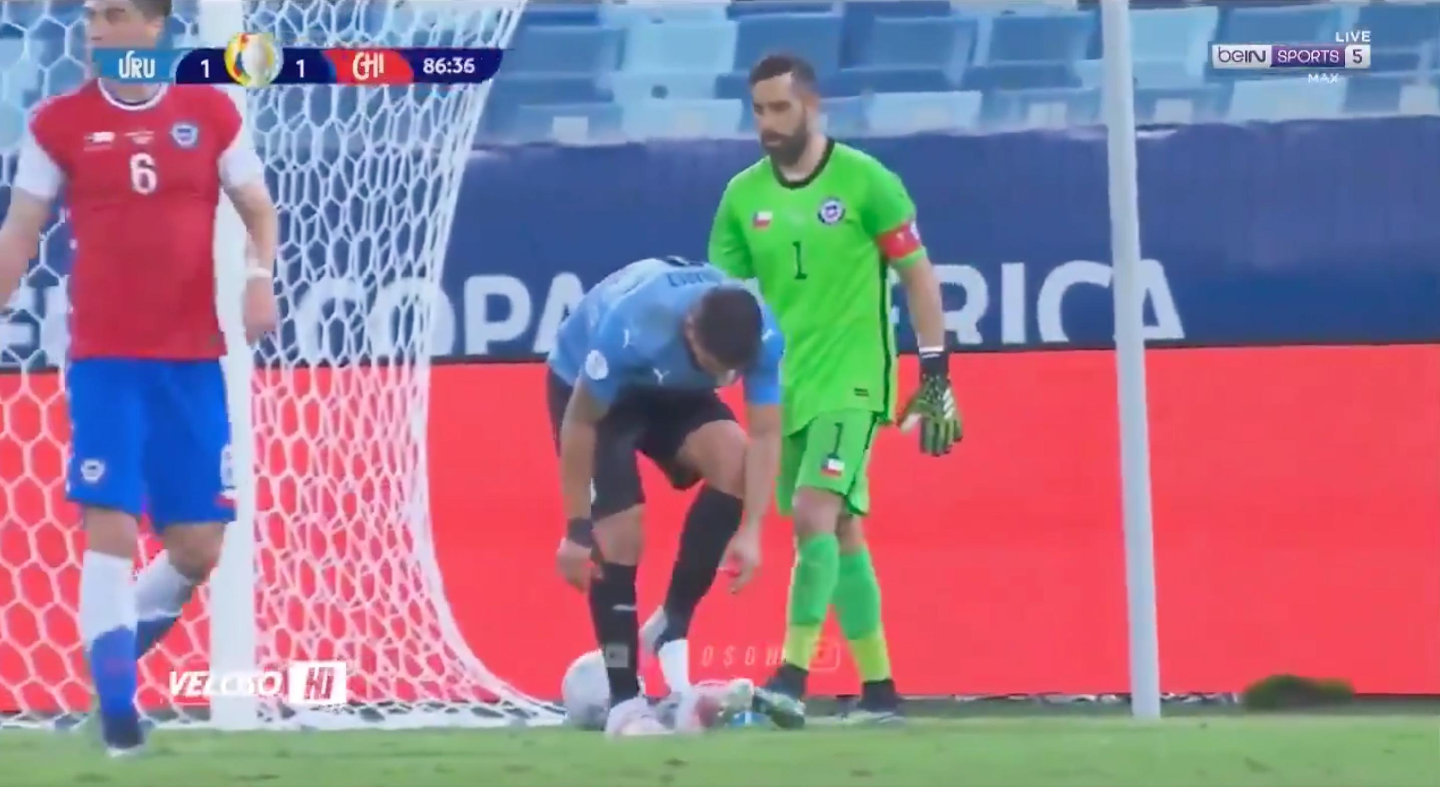 Суарес вышел на новый уровень затягивания времени: завязывал шнурки во вратарской, чтобы Браво не выбил мяч