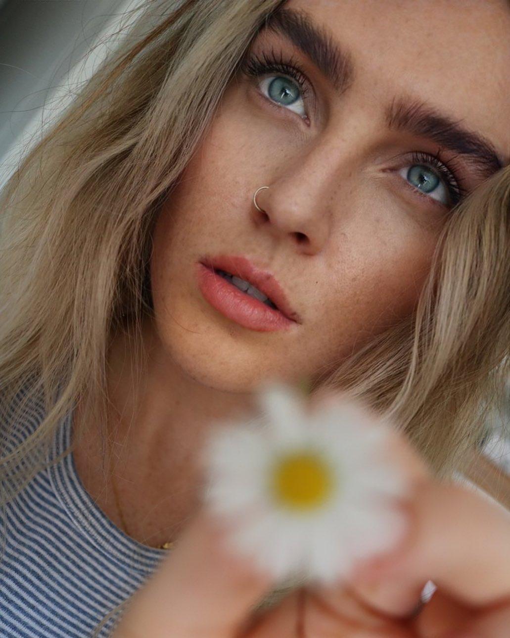 Перри Эдвардс – девушка Окслейда-Чемберлена. Поет в популярной британской группе и скоро сделает Алекса отцом!