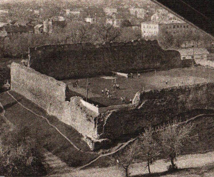 В Беларуси средневековый замок превратили в футбольный стадион. На нем играли до 1970-х