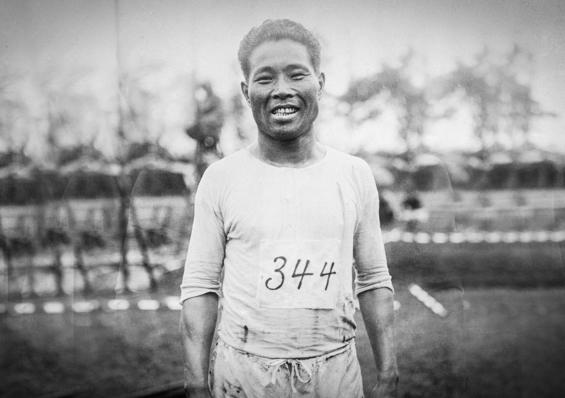 «Отец марафона». Японец Сидзо Канакури завершил марафон Олимпийских игр через 55 лет после старта