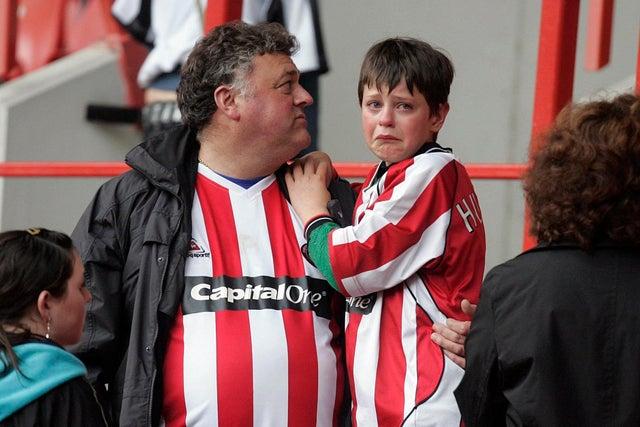 Фаны «Шеффилда» повторили фото 14-летней давности: плачущий малыш на плече папы
