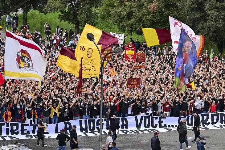 «Рим с вами». Фаны «Ромы» красиво провели команду в Манчестер