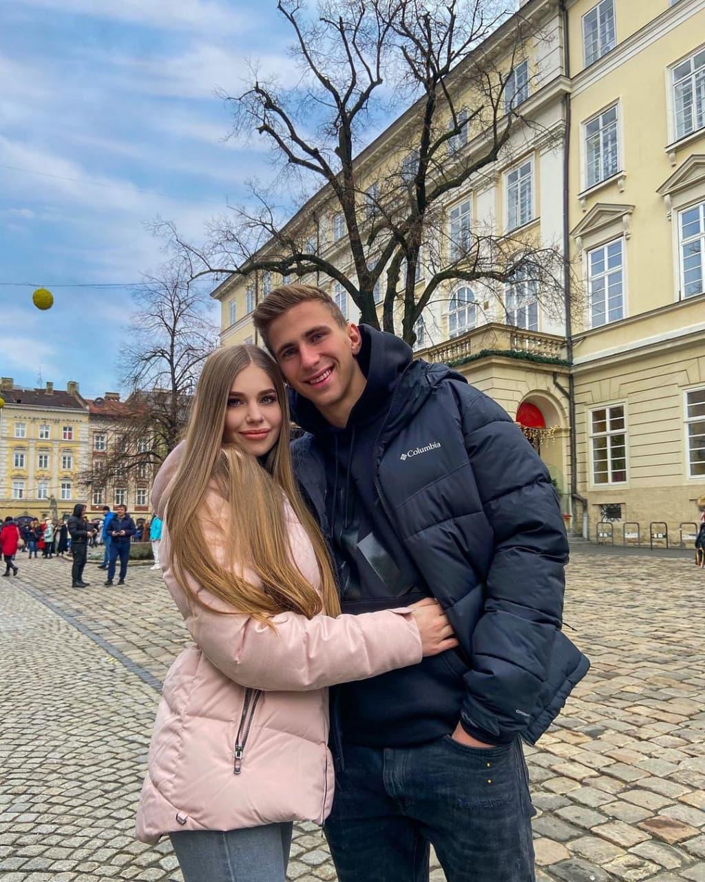 Ангелина – девушка 18-летнего защитника сборной Украины Ильи Забарного. Он играл на Евро, а она болела за него на стадионе!