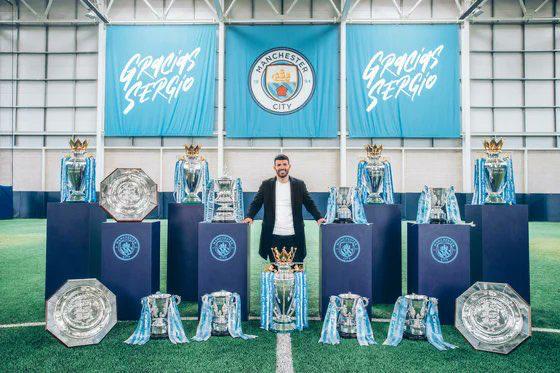 Агуэро красиво попрощался с «Сити»: сделал дубль со скамейки, а клуб посвятил ему граффити в городе и мозаику на базе