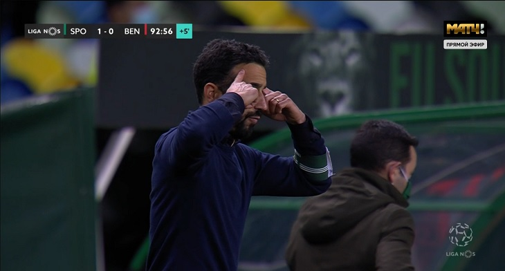 Виллаш-Боаш в Португалии всегда носил повязку на руке. Такая должна быть у всех на скамейке (кроме игроков) – иначе штраф