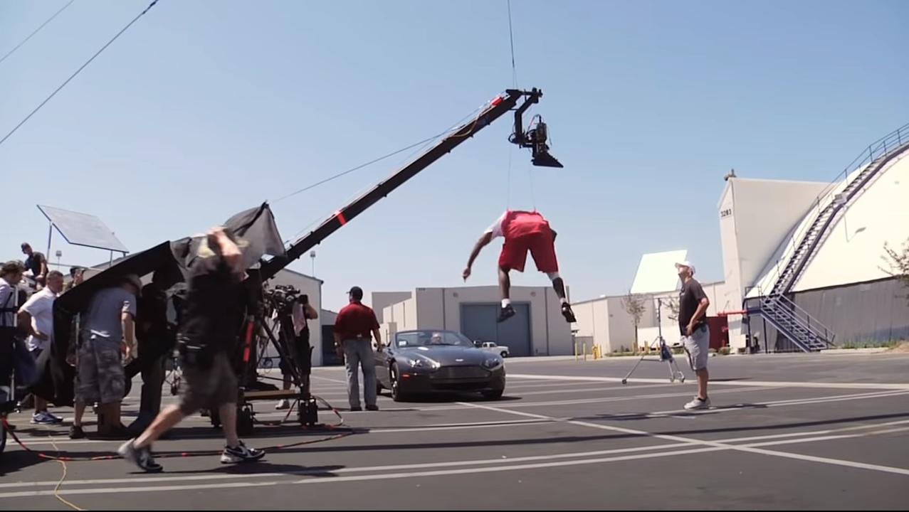 В 2008-м Кобе Брайант перепрыгнул несущийся на него автомобиль. Правда или монтаж?