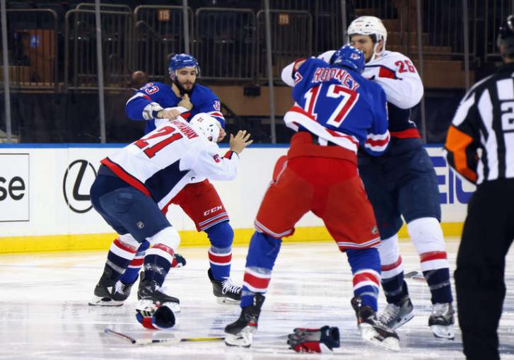 Побоище в матче НХЛ – команды начали драться сразу же после стартового вбрасывания. Вот из-за чего завелись и чем все закончилось