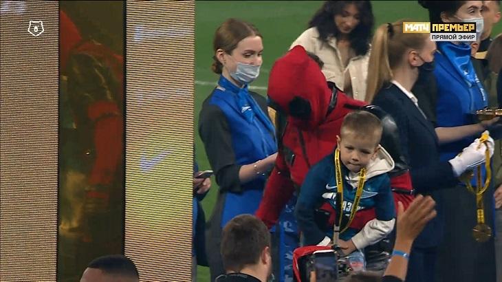 Дзюба в костюме Дэдпула – такого награждения мы еще не видели. Отдал медаль сыну!