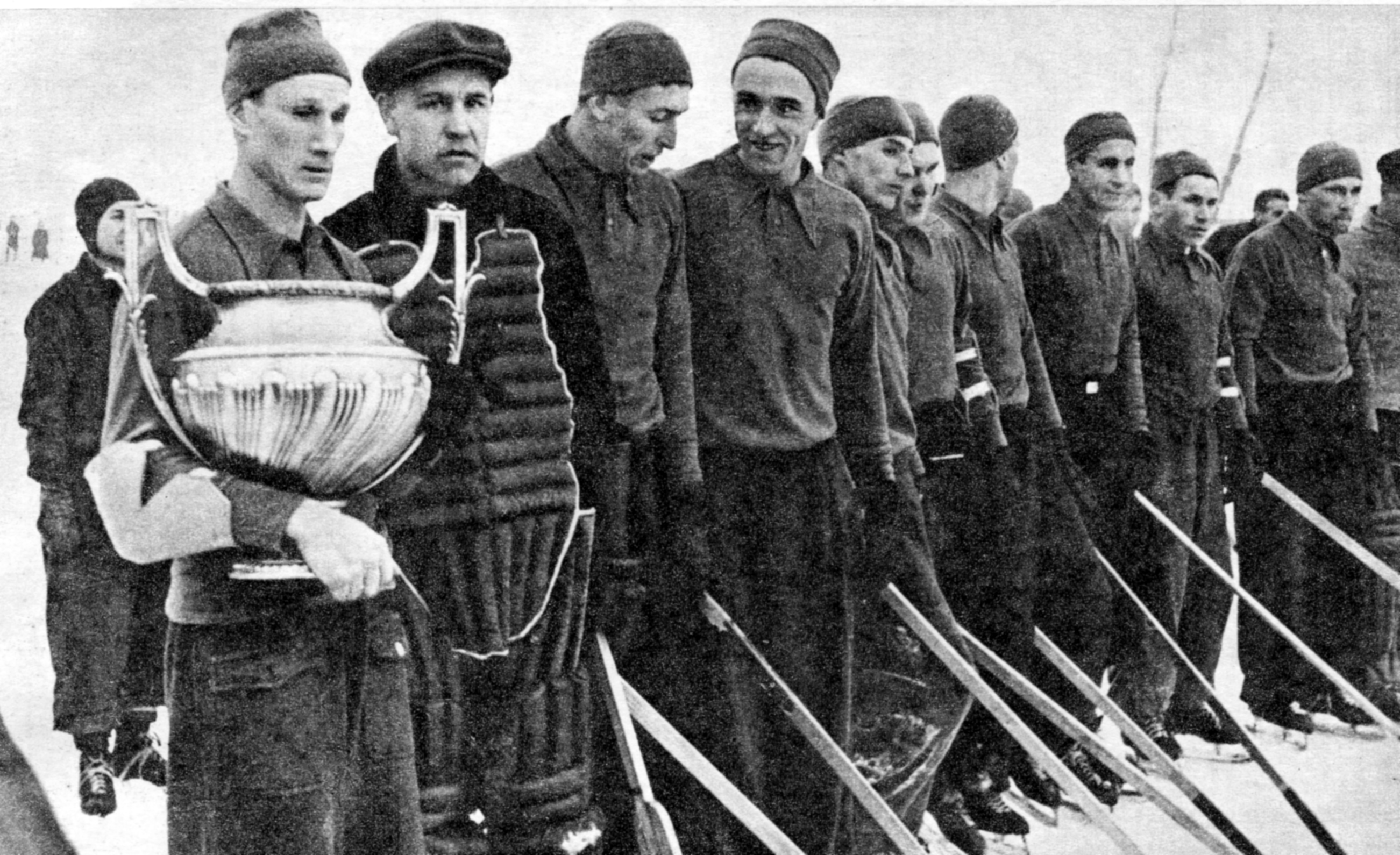 74 года назад завершился первый чемпионат СССР по хоккею. Золото взяли московские динамовцы – по разнице шайб