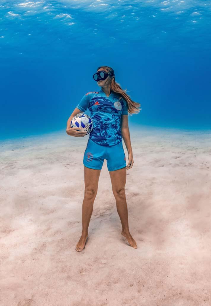 «Интер Майами» Бекхэма представил новую форму: выполнена из переработанного пластика, а презентована на глубине океана
