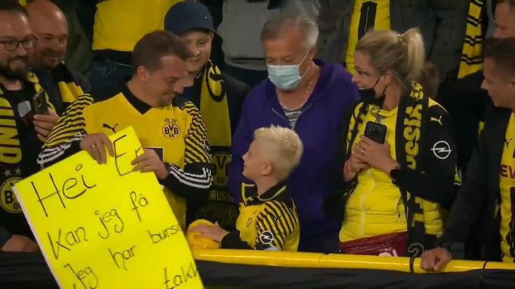 Ребенок попросил у Холанда футболку на день рождения. Норвежец эффектно перепрыгнул через ограждения – и подарил