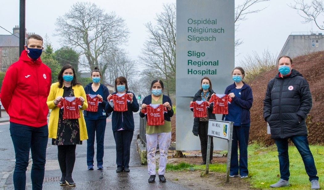 Ирландский клуб раздает игровые футболки новорожденным в местной больнице. Воспитывают фанатов с пеленок!
