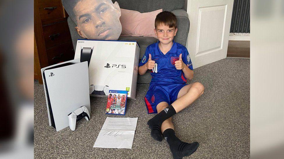Рэшфорд продолжает помогать детям: в этот раз отправил подарки 9-летнему парню за его помощь в благотворительности