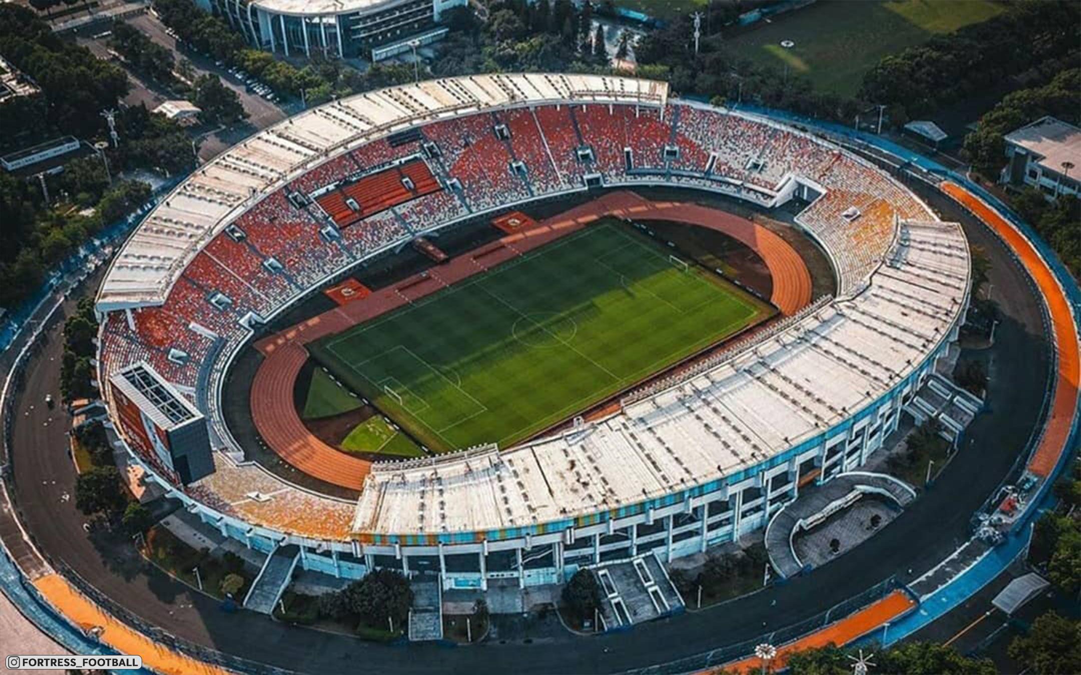 Китайский стадион «Тяньхэ» на 60 000 зрителей посреди небоскребов. Шикарные фотографии с дронов